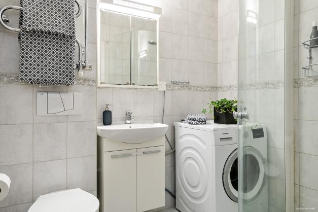 Kalkat badrum med tvättmöjlighet