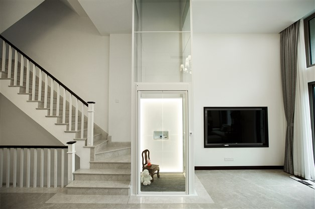 Exempel på hiss som kan fås som tillval. Färg, bakgrund och golv kan fås i olika färger och mönster. OBS, bild från annat hus!