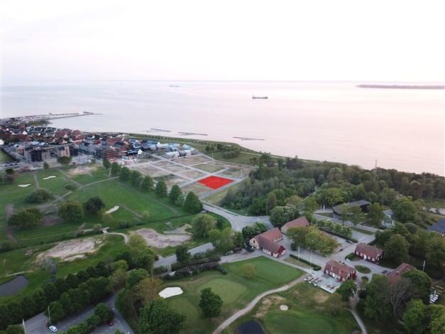 Tomten där husen kommer att placeras med golfbanan i förgrunden