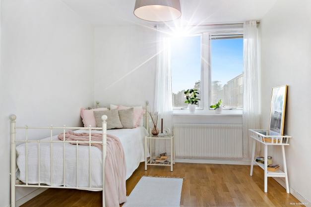 SOVRUM 1 - Största sovrummet med fritt läge mot den lugna innergården