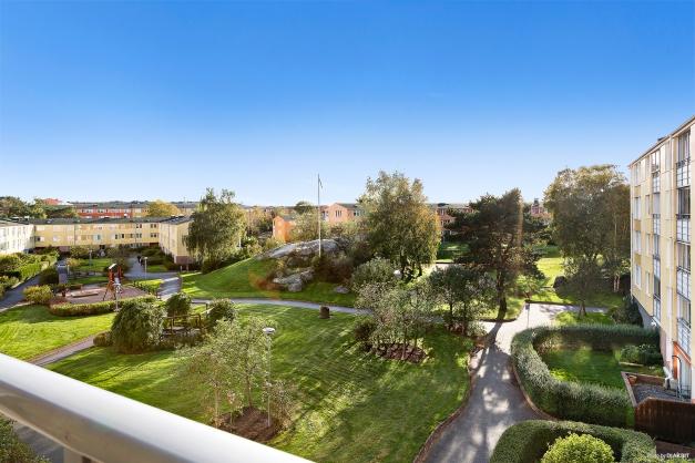 UTSIKT BALKONG - Vid utsikt från balkongen över den lummiga kuperade innergården