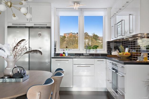 KÖK - Modernt nyrenoverat kök i vit och svart med rostfria vitvaror