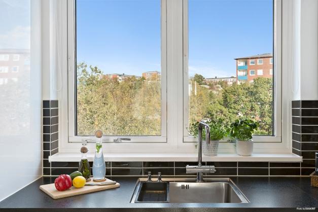 UTSIKT - Vid utsikt från köket när man står och diskar