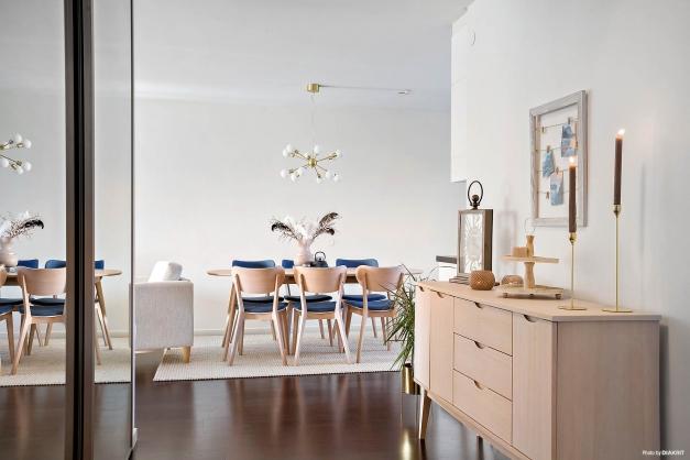 HALL - Stor välkomnande möblerbar hall med öppet mot vardagsrummet