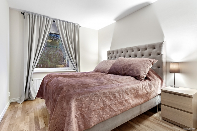 Rymligt sovrum med garderober