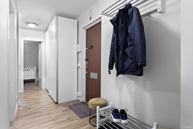 Rymlig hall med garderobsskåp