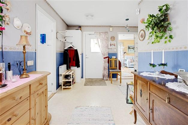 Ljus och rymlig hall med plats för lättare möblering.