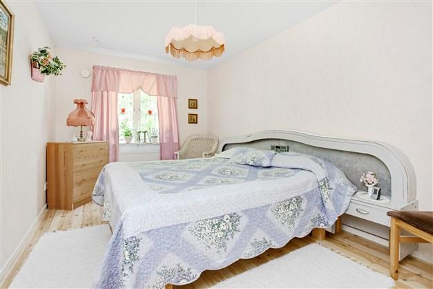 Sovrum 2 med 2 garderober, 1 linneskåp och en klädkammare.