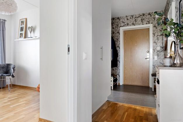 Hall med avhängning och förvaring i garderober