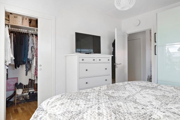 Sovrum 1 har garderob med skjutbar dörr