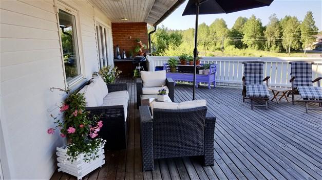 Flertalet sittplatser på terrassen