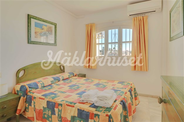 Sovrum 1 har havsutsikt och inbyggda garderober