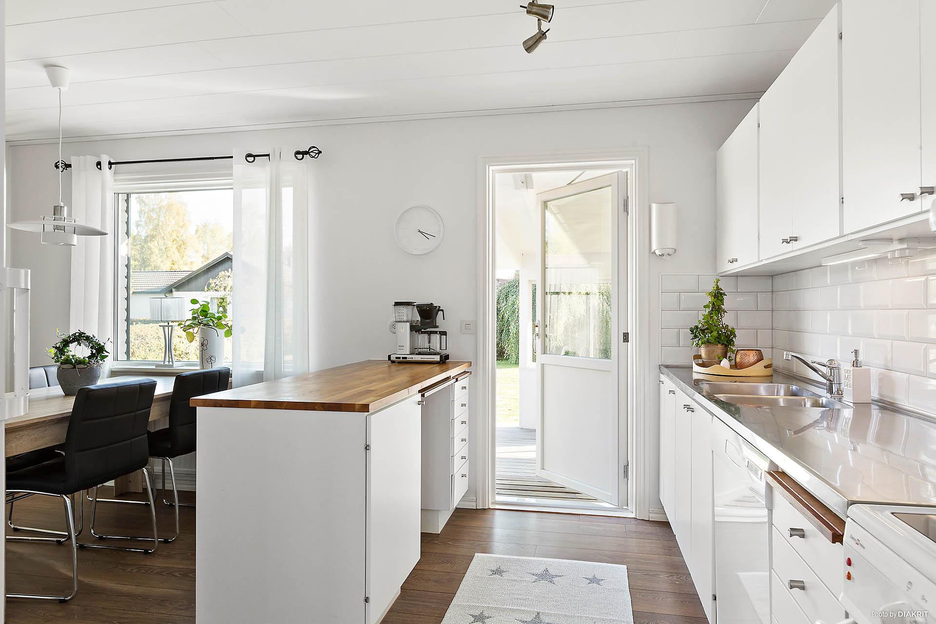 Köket med bardel och altandörr.