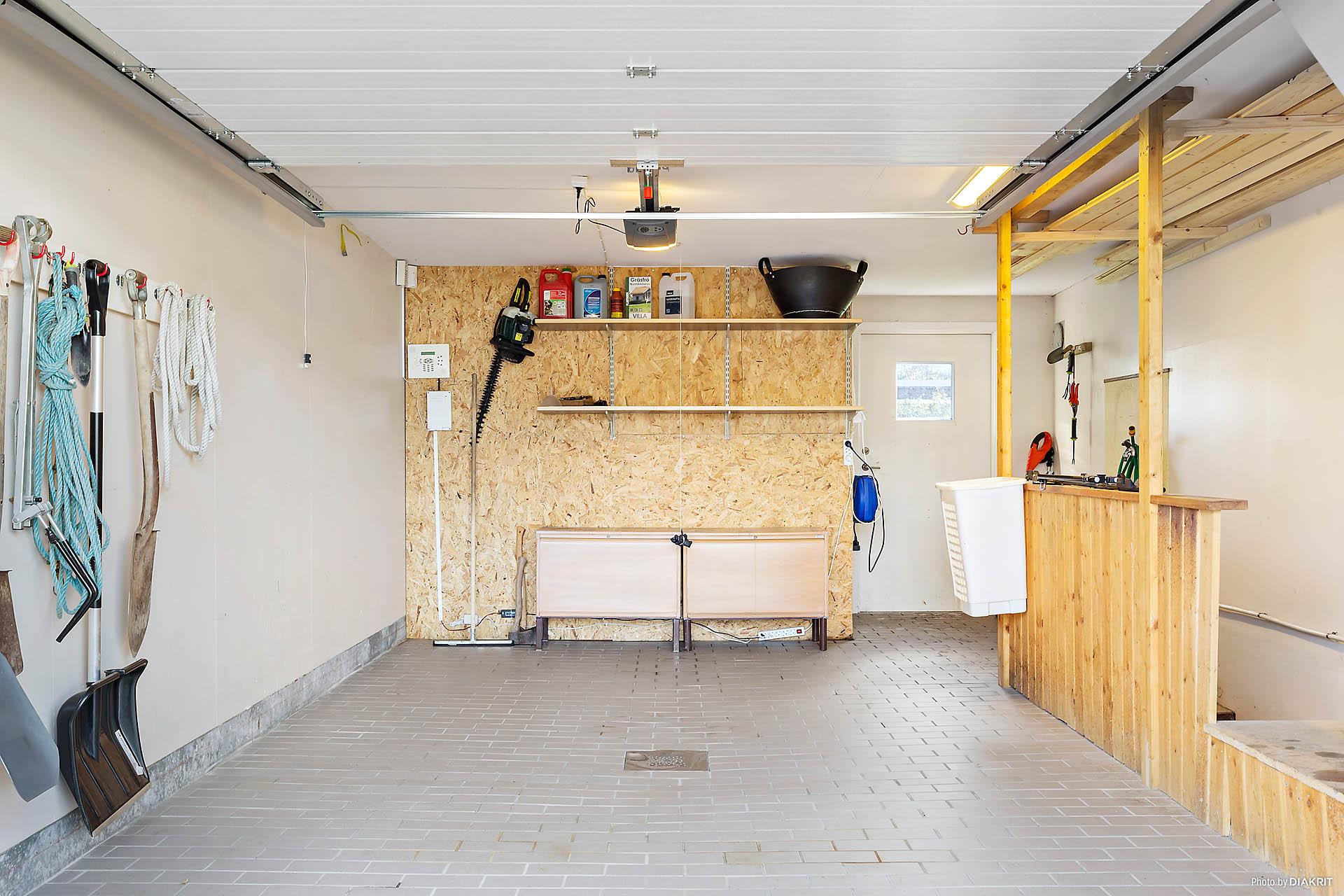 Rymligt garage med förrådsdel.