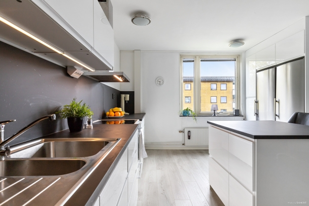 Modernt och stilrent kök renoverat 2019.