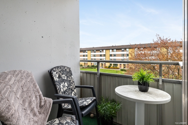 Trevlig balkong belägen mot innergården.