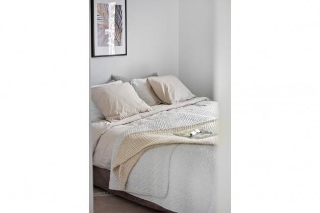 Sovrum 1 med garderober och plats för dubbelsäng