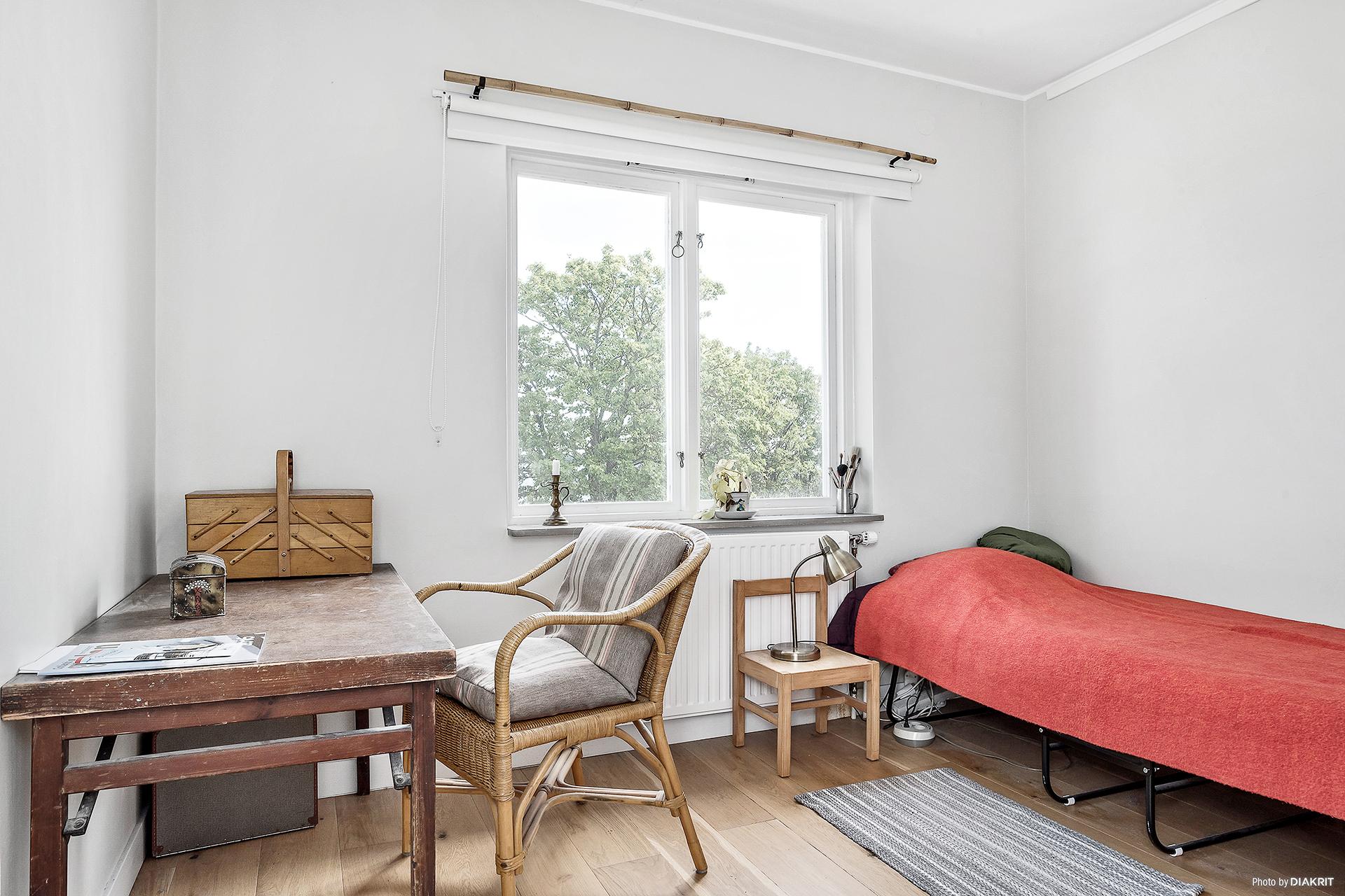Sovrum med parkettgolv