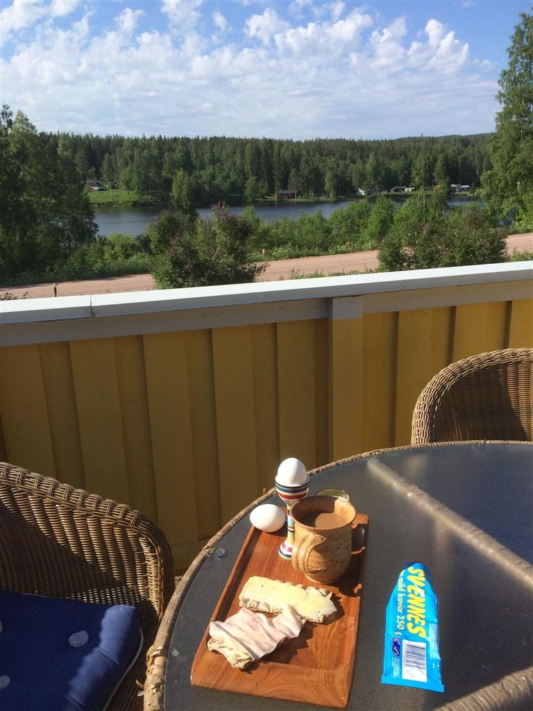 Ät din frukost på balkongen och njut av den vackra utsikten.