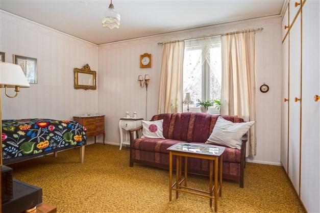 Sovrum 1 med 2 linnegarderober med överskåp och 3 garderober med överskåp.
