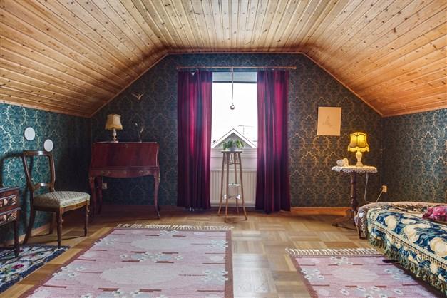 Sovrum 3 på övervåningen. Stort rum med fin orginalparkett och fönster mot baksidan.