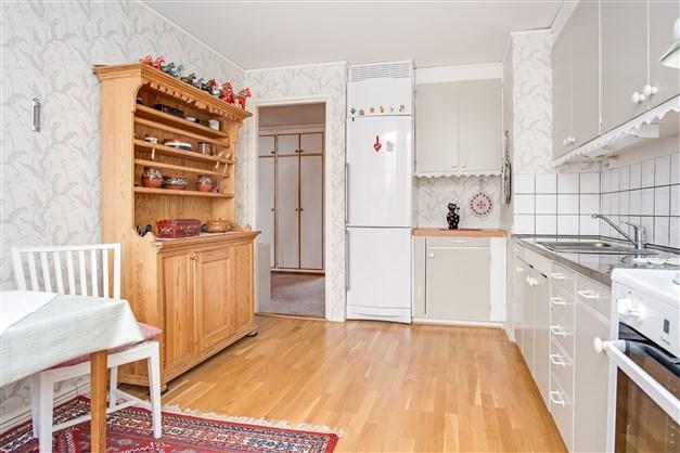 Kök är fullt utrustat och har ett fint parkettgolv. Här finns möjlighet att öppna upp vägg mot vardagsrummet.