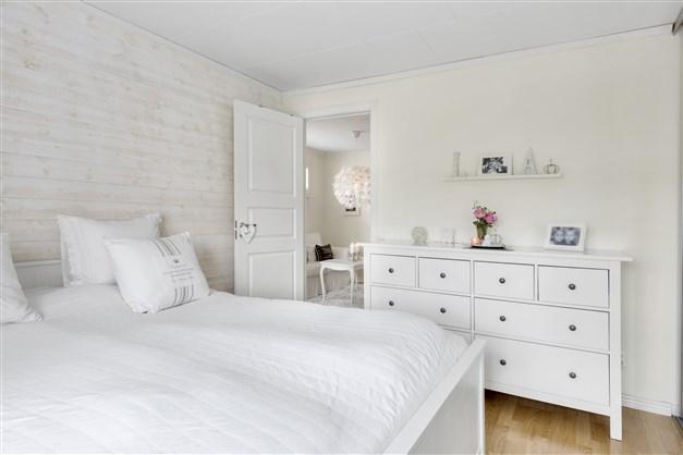 Sovrum med garderobsvägg