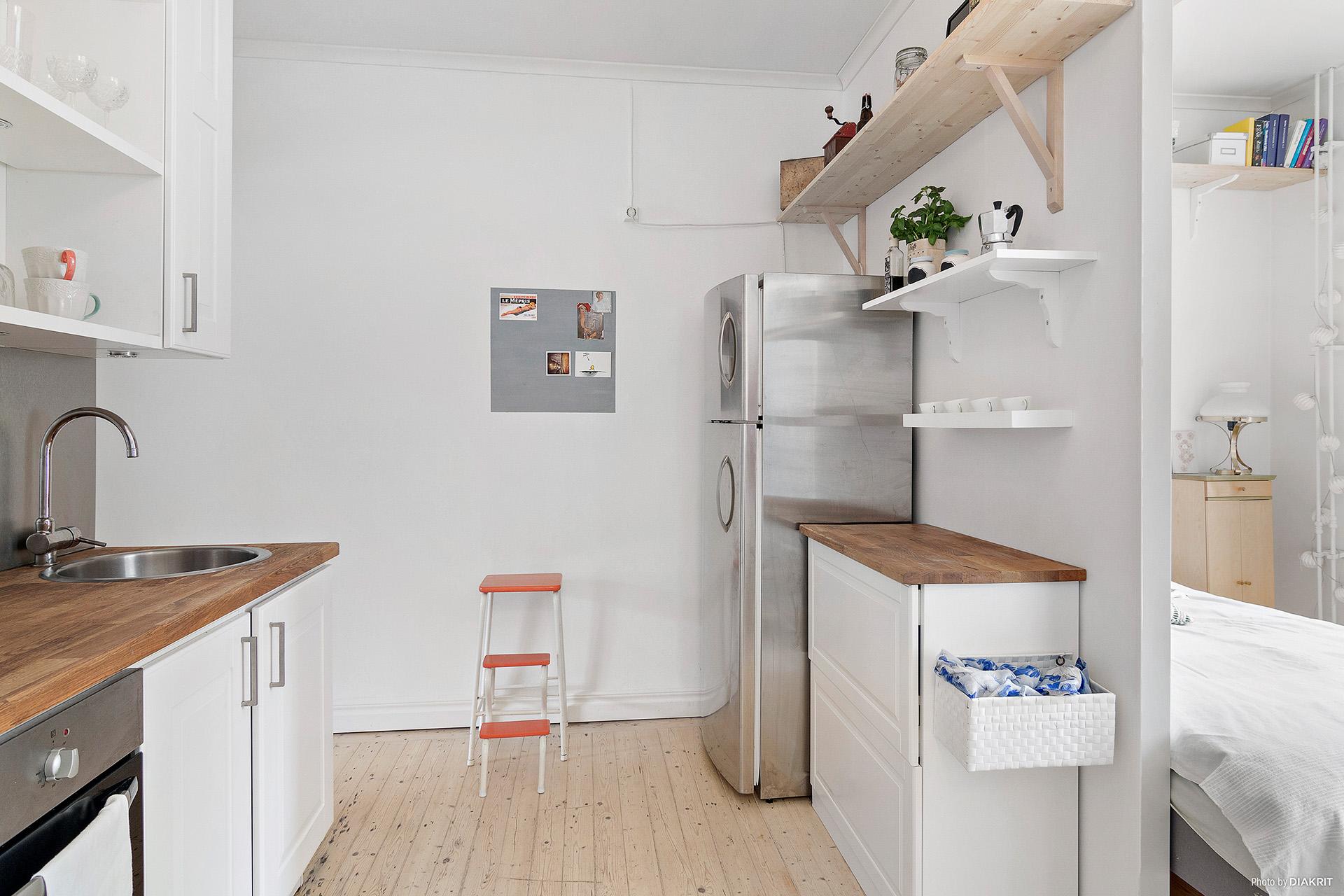 Hall/kök med bra förvaringsutrymmen
