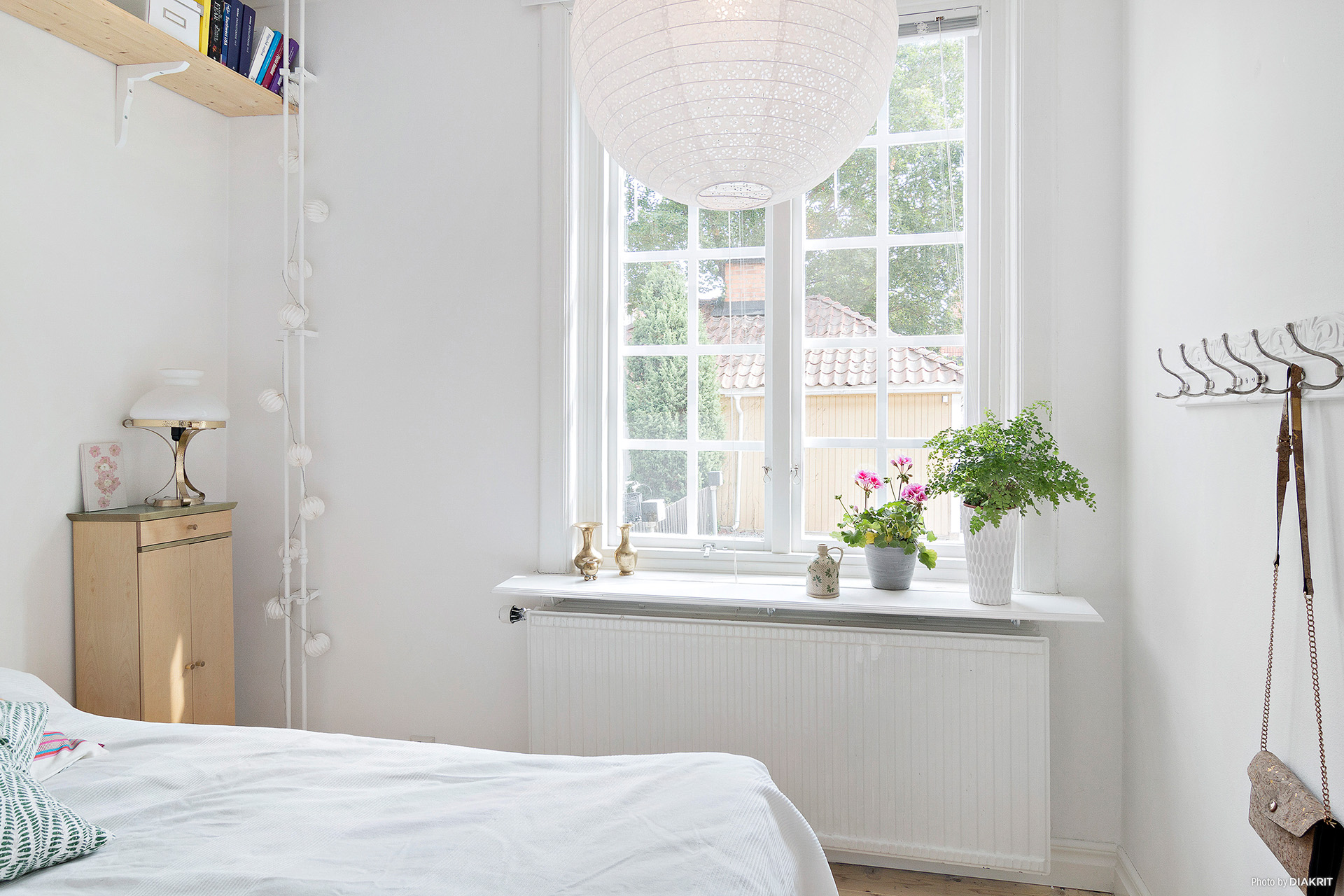Sovrum/alkov med fönster mot innergården