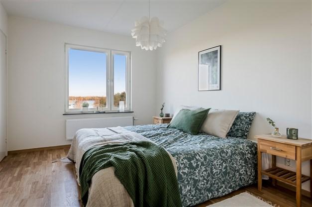 Sovrum 1 med klädkammare i anslutning med möblering