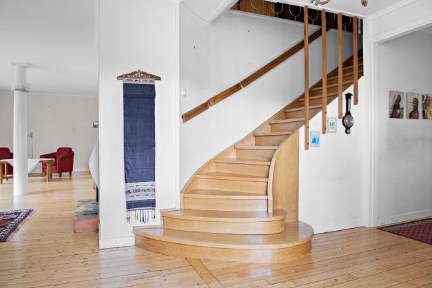 Från hall mot vardagsrum och trapp till övre plan