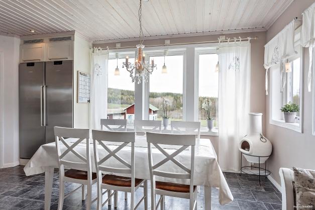 Köksbordet med fönster ned mot vattnet.