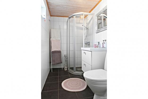 Helkaklat duschrum med vattenburen golvvärme.