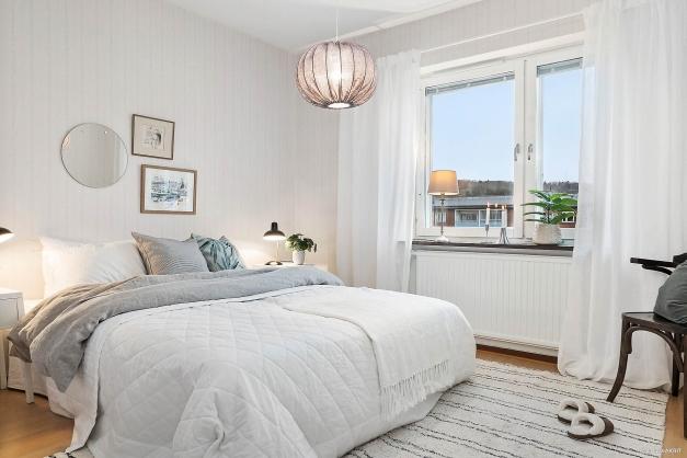SOVRUM - Rymligt sovrum med fint läge mot den lugna innergården