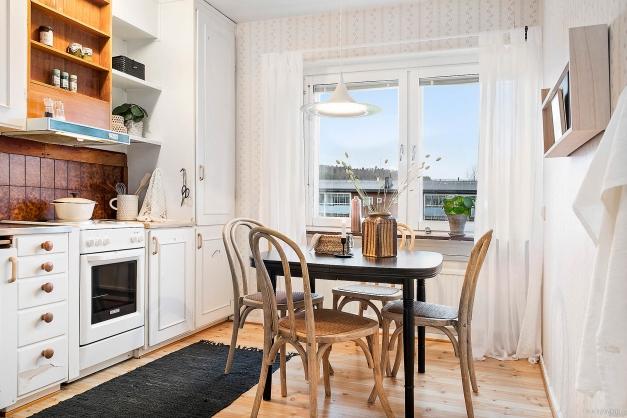 KÖK - Rymligt kök med kallskafferi