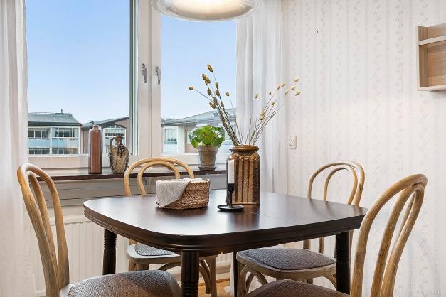 KÖK - Plats för stort matbord framför köksfönstret