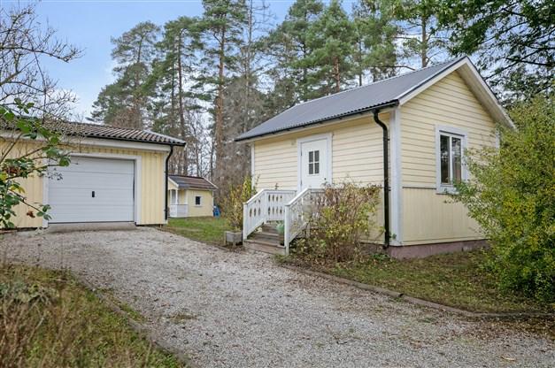 Infart med vidbyggt garage och gäststuga