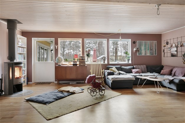 Vardagsrum med braskamin