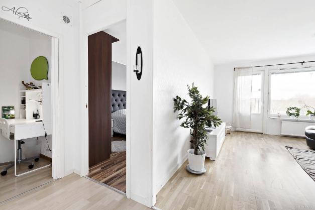 Hall mot sovrum och vardagsrum