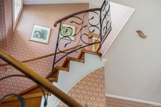 Detaljbild på den fina trappan till övervåningen.