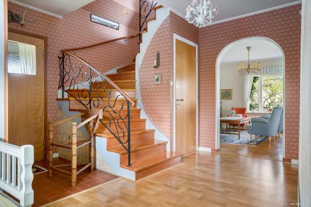 Luftig entréhall med trappa till övervåningen