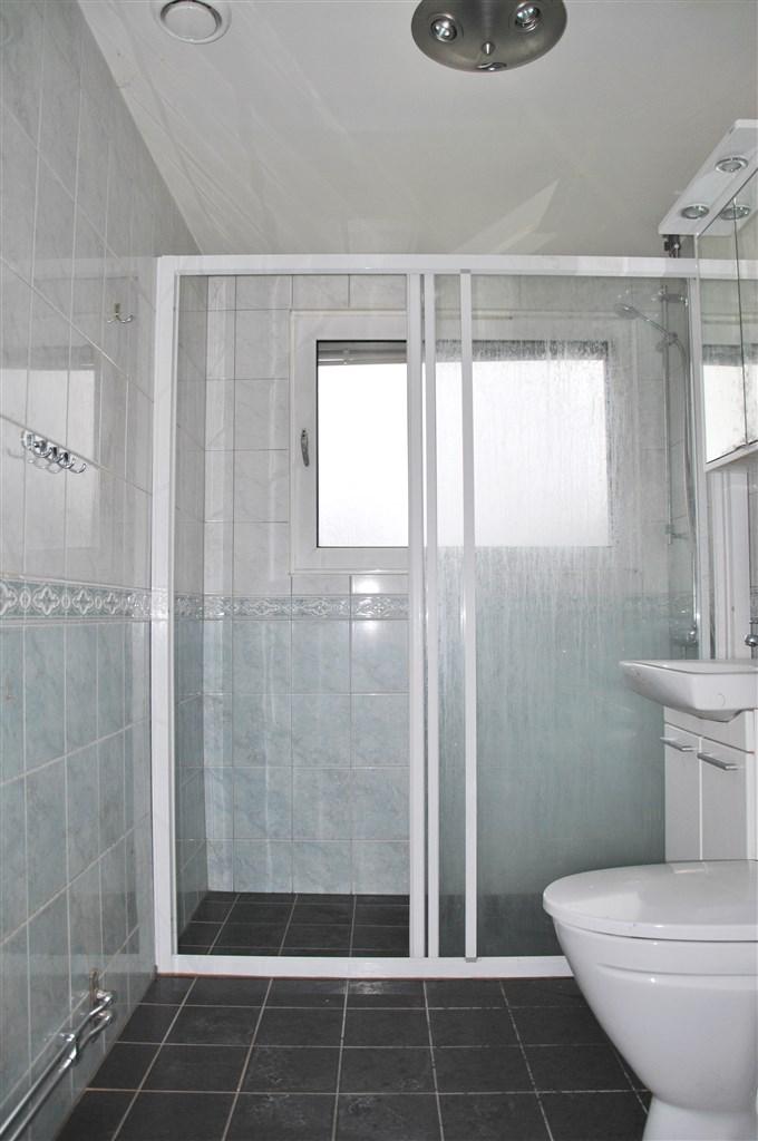Helkaklat badrum från 2011. Behöver rengöras.