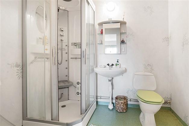 Dusch och wc på övervåning