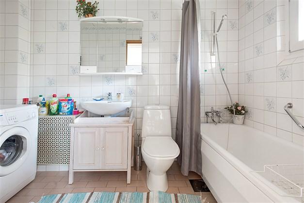 Helkaklat badrum, wc och tvättmaskin på entréplan