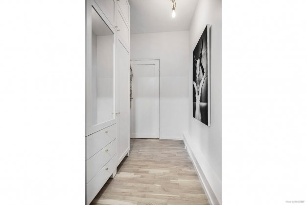 Hall med bra förvaring i form av garderober.