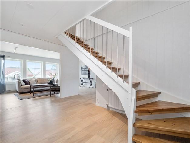 Hall med trappa till ovanplan