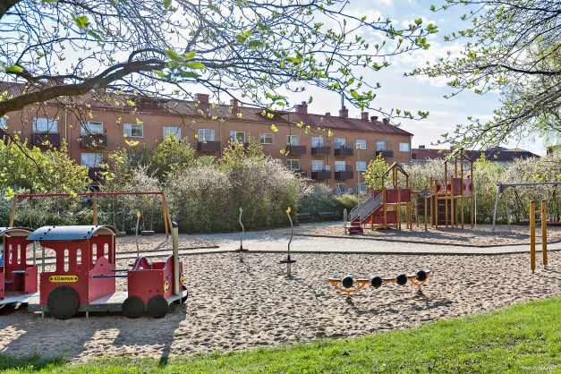 Sommarbild på lekplats i Tegnérlunden