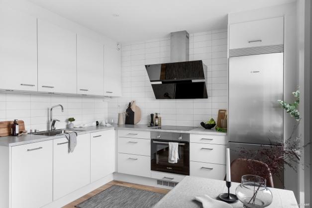 Köket har snygga vitvaror och ett modernt utseende med gott om förvaringsmöjlighet