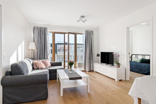 Vardagsrum mot balkong och sovrum 2