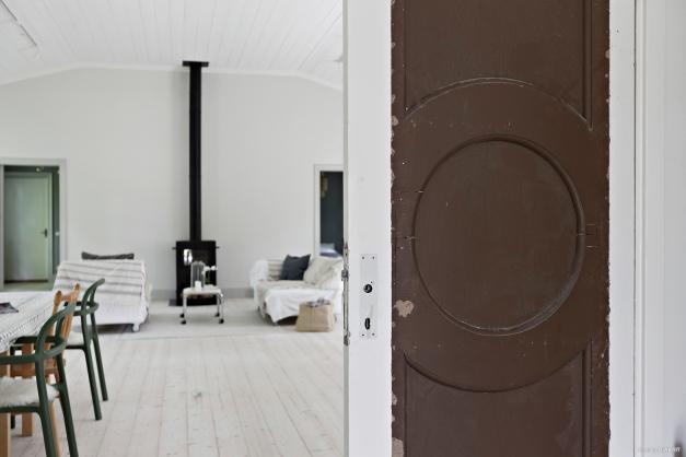 Entré till salong - original pardörrar med renoveringsbehov